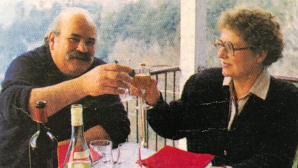 Ulla og Fernando skåler med hinanden på restaurant Il Ramo d'Oro's balkon.